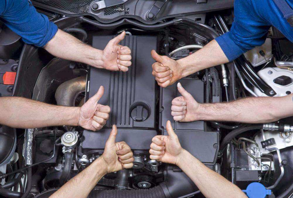 Двигатель и руки механиков