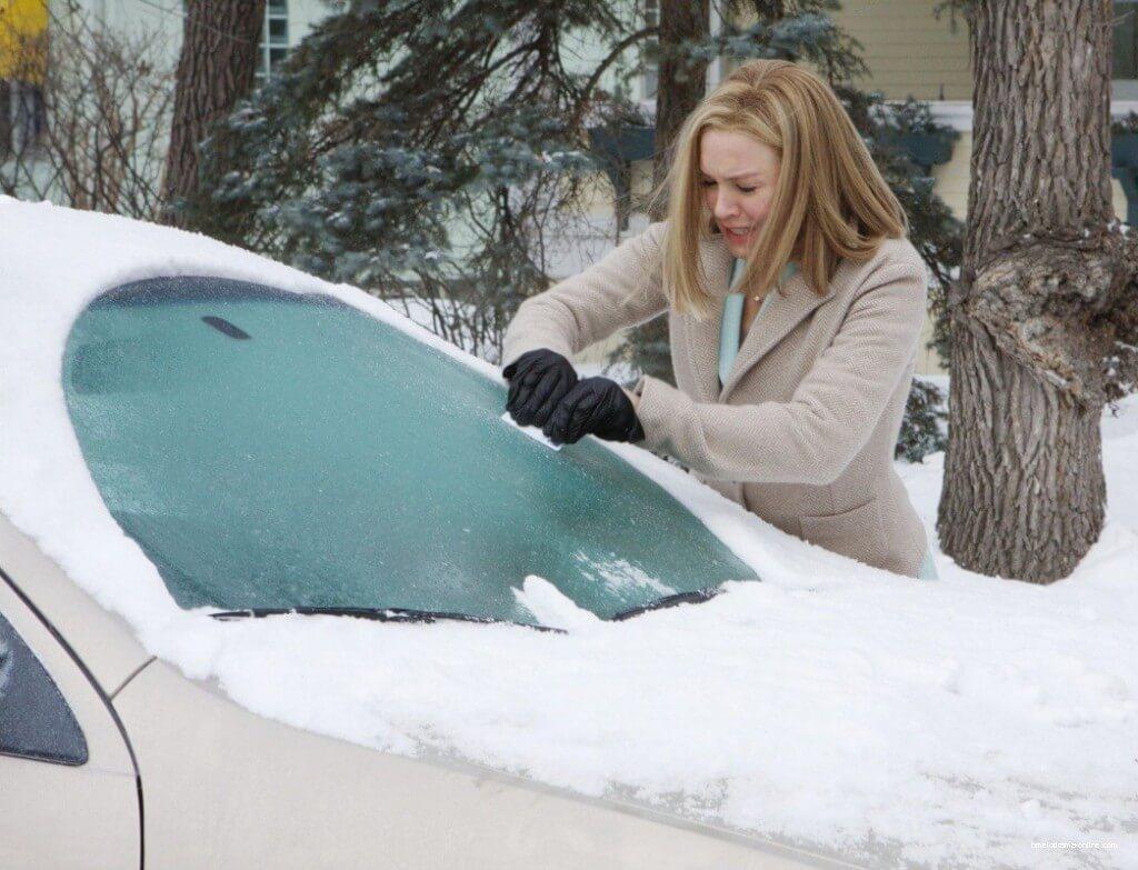 Замерзшее стекло автомобиля