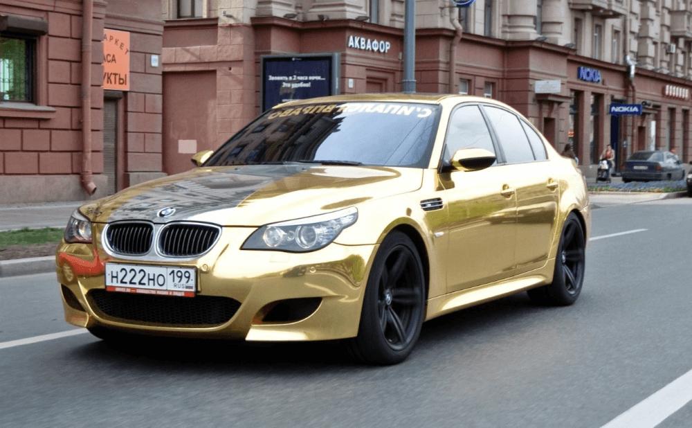 Золотая спортивная BMW 5 серии