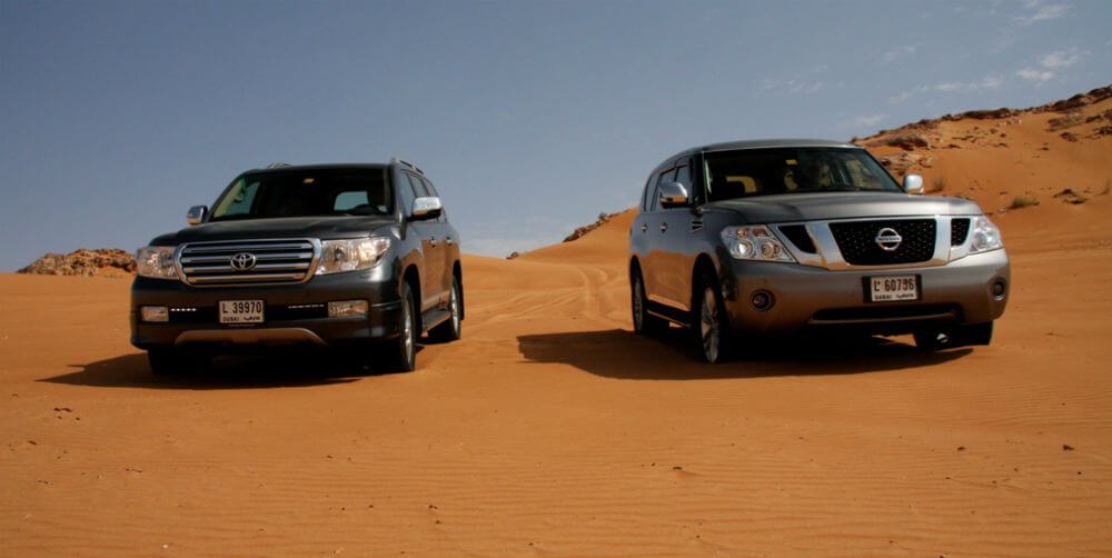 Тойота и Ниссан на бездорожье в пустыне