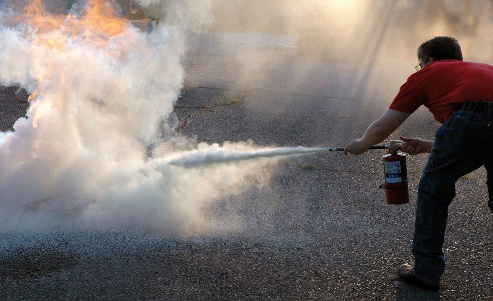 порошковые огнетушители в действии