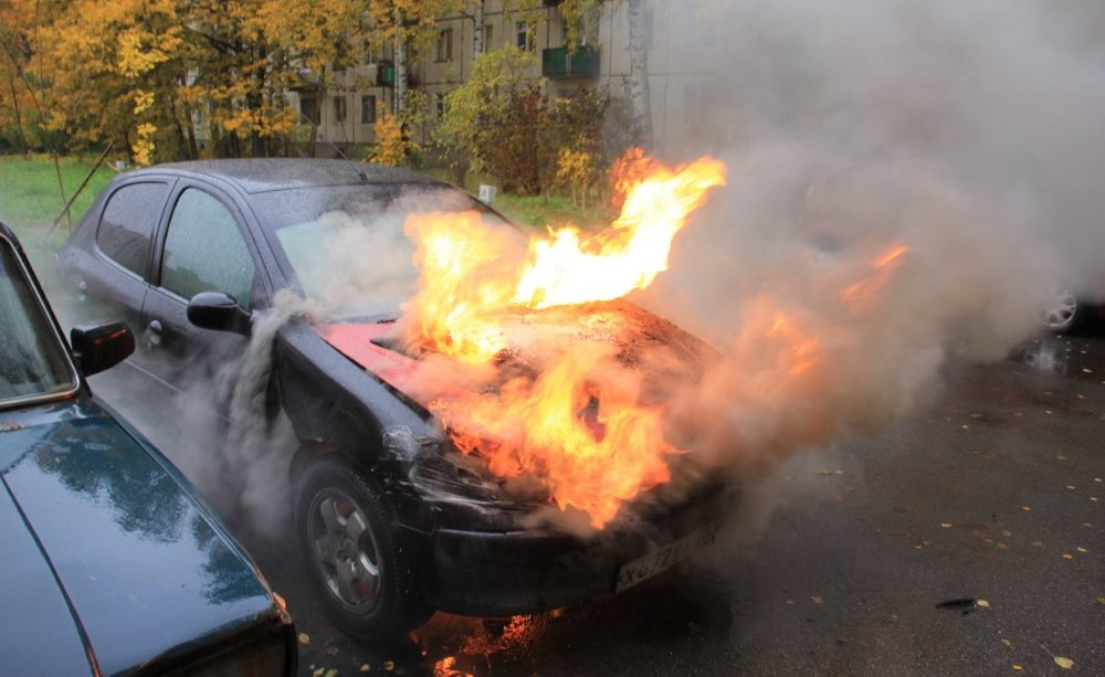 сильное возгорание автомобиля