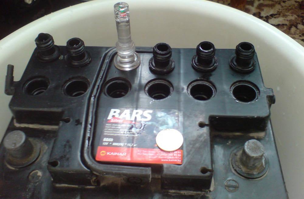 Аккумулятор с открученными пробками