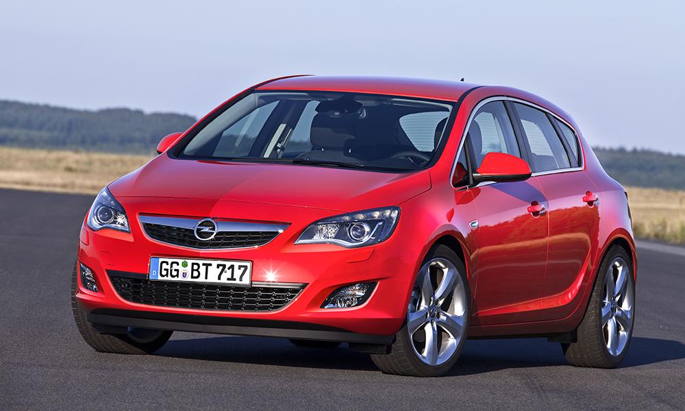 Хэтчбек Opel Astra на трассе